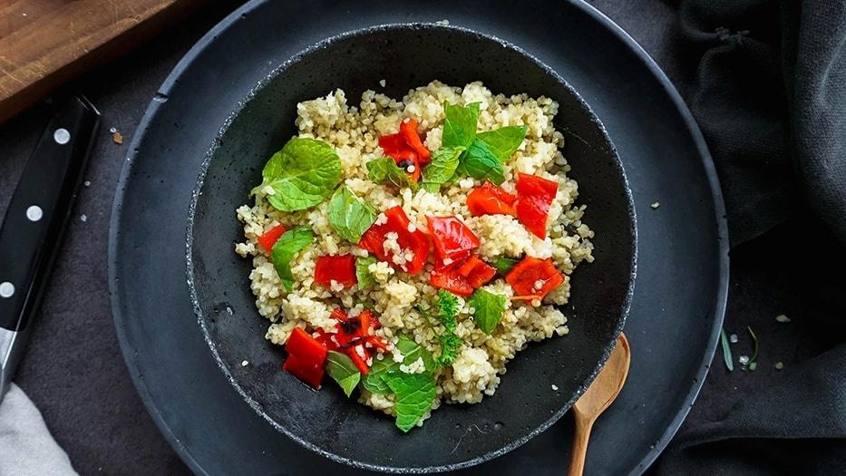 Ein Quinoa Gericht mit Paprika und Minze